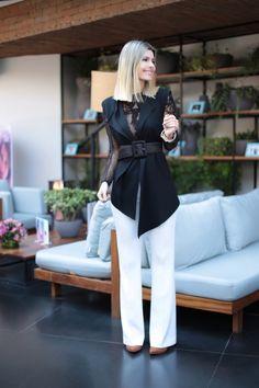 Look da Carol Tognon preto e branco –calca branca, com camisa rendada e colete preto. Cinto para deixar a cintura marcada e dar mais sensulidade ao look.