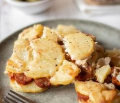 Vegan Scalloped Potatoes is made with vegan sausages, making it the perfect comfort food dinner. You will only need 6 ingredients to make this creamy heaven! Vegan Brunch Recipes, Vegan Cheese Recipes, Vegan Mexican Recipes, Healthy Recipes, Party Recipes, Fall Recipes, Asian Recipes, Breakfast Recipes, Vegan Scalloped Potatoes
