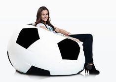 De voetbal zitzak heeft door de leatherlook stof een luxe uitstraling en een geweldig zitcomfort. Het is ook mogelijk om de zitzak met naam te bedrukken.
