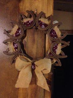http://media-cache-ak0.pinimg.com/originals/7b/d7/06/7bd70608067c8a02436e0ede26e92d7e.jpg Horseshoe Art, Horseshoe Ideas, Horseshoe Wreath, Horseshoe Projects, Horseshoe Crafts, Burlap Wreath, Decoration Noel, Horse Shoes, Western Crafts
