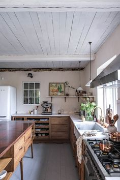 La cuisine contemporaine avec îlot parfaite pour une maison de campagne - PLANETE DECO a homes world Swedish Kitchen, Swedish Cottage, Warm Kitchen, Old Cottage, New Kitchen, Kitchen Pantry, Kitchen Interior, Kitchen Design, Kitchen Decor