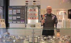 Enrico Rizzi, 34 anni, è un giovane pasticciere e gelatiere milanese che con Attimi di gusto sta portando la cultura del gelato artigianale italiano nel mondo. Tra le sue creazioni il gelato dedicato a Expo Milano 2015, la Crema alla milanese, un gusto goloso, ricco e avvolgente, a base di tuorli d'uovo con pistilli di zafferano. Ordina le sue creazioni a domicilio http://www.bacchetteforchette.it/milano/proposta/41