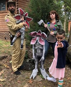 Stranger Things' Jim Hopper demogorgon Joyce Byers and Eleven cosplay. By Lacy Thomas and her family / lacyleeeeee (IG) Stranger Things Quote, Stranger Things Aesthetic, Stranger Things Season 3, Stranger Things Netflix, Stranger Things Pumpkin, Stranger Things Halloween Costume, Family Halloween Costumes, Stranger Things Costumes, Stranger Things Halloween Decorations