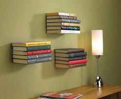 Esta é uma estante invisível. Um dos livros é fixado a uma base de metal e serve de suporte para outros livros.