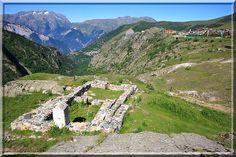 * A l'Alpes d'Huez, il y a une station de ski, une arrivée mythique du tour de France mais pour moi, un trésor est caché derrière l'Altiport. Cette merveille médiévale est constituée d'une mine d'argent, de son village minier et d'un château fort mystérieux !
