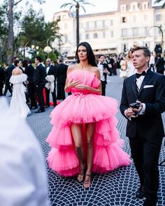 From Julianne Moore and Tracee Ellis Ross to a host of street style girls, everyone's choosing this one hot hue. Here's how to wear bright pink. Red Carpet Fashion, Pink Fashion, Party Fashion, Couture Fashion, Fashion Outfits, Dress Vestidos, Prom Dresses, Bright Pink Dresses, Have A Lovely Weekend