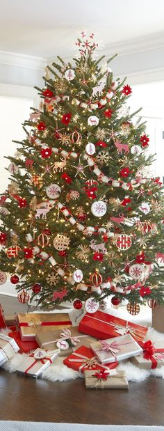 50 Christmas Tree Ideas That'll Really Make a Statement This Year Christmas Decorations christmas tree decorations Decorations Christmas, Pretty Christmas Trees, Christmas Tree Pictures, Christmas Tree Inspiration, Christmas Tree Design, Noel Christmas, White Christmas, Christmas Lights, Elegant Christmas
