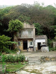 The old village of Mo Tat Wan, on Lamma Island... Can you believe you are only a few miles away from one of the world's largest and most modern cities ? By Lamma Li, via Flickr - Hong Kong    香港 南丫島