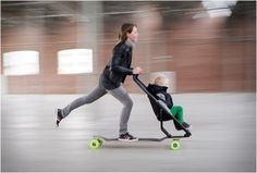 """Die neue Generation an Kinderwagen ist da: Der Longboard Kinderwagen! Für alle Eltern, die keinen """"Puppenwagen"""" vor sich herschieben wollen ;-)"""