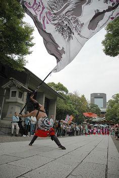 Yosakoi Tokyo flag man by saj1205, via Flickr #yosakoi, #よさこい