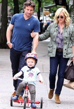 Jane Krakowski and Robert Godley roaming with their kid. Jane Krakowski, Comedy Series, Height And Weight, Bra Sizes, American Actress, Boyfriend, Hipster, Celebs, Singer