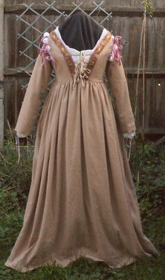Italian-renaissance-linen-dress -  I wonder what weight of linen was used for this dress?  It has a lovely drape.