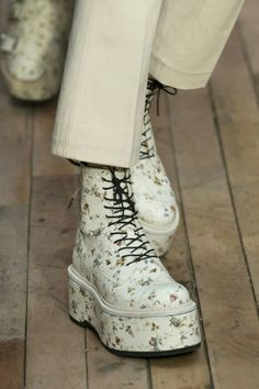Loving these platform Doc Martens style floral boots , may need to find a pair to help me take on January , street style fashion tips Mesmiriz Fashion 2017, New York Fashion, Look Fashion, Fashion Shoes, Fashion Trends, Fashion News, Balenciaga, Style Lolita, Mode Shoes