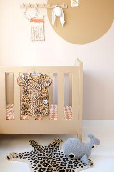 De Spiced Honey babykamer: Make-over met de Flexa trendkleur - Een goed verhaal. Unisex Nursery Colors, Nursery Neutral, Nursery Themes, Nursery Decor, Nursery Ideas, Themed Nursery, Playroom Decor, Kids Room Design, Nursery Design