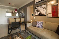 Sala de estar com cadeira de Madeira