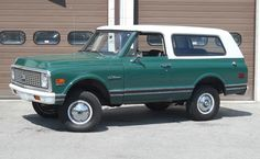 I totally adore this finish color for this chevy truck Chevrolet 4x4, Chevy 4x4, Chevy Pickups, Chevy Blazer K5, K5 Blazer, 67 72 Chevy Truck, Chevy Trucks, Gm Trucks, Cool Trucks