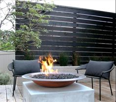 Enjoy your relaxing moment in your backyard, with these remarkable garden screening ideas. Garden screening would make your backyard to be comfortable because you'll get more privacy. Privacy Screen Outdoor, Backyard Privacy, Backyard Landscaping, Backyard Ideas, Backyard Patio, Firepit Ideas, Wood Patio, Garden Decking Ideas, Porch Privacy