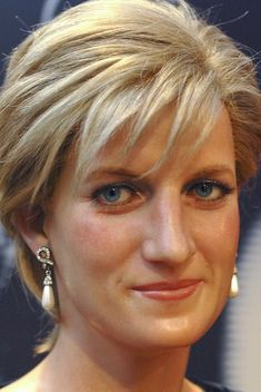 NOT Diana Princess of Wales, but a wax figure Princess Diana Fashion, Princess Diana Photos, Princess Diana Family, Royal Princess, Princess Of Wales, Princess Diana Hairstyles, Hair Images, Hair Pictures, Hairstyles Pictures