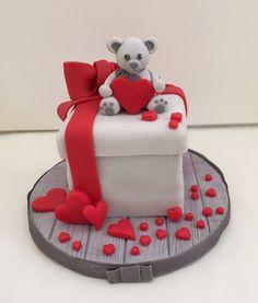Torta pacco regalo - cuori - orsetto - le dolci creazioni di Camilla Jesholt Buffatti