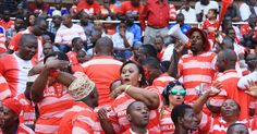 Full Time: Mpira umemalizika na Simba wanaibuka na ushindi wa bao 2-1  Dakika ya 90: Mwamuzi wa akiba anaonyesha dakika 2 za nyongeza.  Dakika ya 87: Kasi ya mchezo imepungua.  Dakika ya 83: Rajab Rashid anaingia kuchukua nafasi ya Aaron Lulambo Upande wa Stand.  Dakika ya 80: Simba wanafanya shambulizi kali lakini mabeki wa Stand wanakuwa makini kuokoa  Dakika ya 79: Abdi Banda wa Simba anaingia kuchukua nafasi ya Kichuya.  Dakika ya 78: Simba wanaonekana kupoteza umakini katika nafasi…