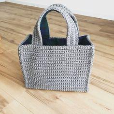 往復編みのバッグ。 - まいにち、てしごと。 Tunisian Crochet, Diy Crochet, Crochet Hooks, Crochet Handbags, Crochet Purses, Japanese Crochet Bag, Crochet Magazine, Basket Bag, Knitted Bags