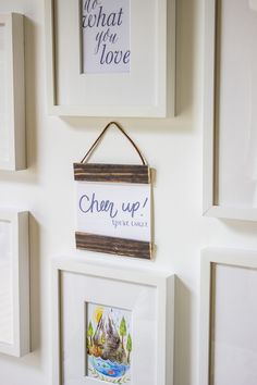 Check out these stunning 20 DIY picture frame ideas to frame up you're your best captured picture in. For a rustic and natural appealing DIY Picture frame Diy Picture Frames On The Wall, Flower Picture Frames, Picture Frame Crafts, Picture Frame Molding, Hanging Picture Frames, Hanging Pictures, Picture On Wood, Wood Frame House, Photo Frame Design