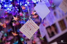 Tsurus de origami em decor de casamento budista:Um casamento cheio de romantismo, espiritualidade e tradição, uma linda cerimônia budista e a alegria de dividir momentos tão especiais com família e amigos.