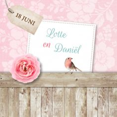 Vintage trouwkaart met achtergrond van zachtroze bloemen op roze stof en houten lambrisering met daarop een roze roos en roodborstje. Datum op label en namen in kader.