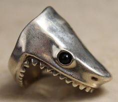 STERLING SILVER GAPING MOUTH SHARK RING : Lot 16231