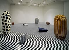 Jun Kaneko (Japon, 1942-) – Gallery Takagi (1991) Hand-built glazed ceramics, epoxy paint