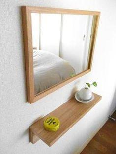 こちらはミラー(小)と棚を組み合わせて、壁面を利用したミニドレッサーに。