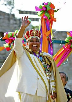 METRO daily - Rey Feo Fernando C. Reyes salutes the crowd with a cascarone as Fiesta kicked off in front of the Alamo with the Fiesta San An...