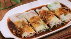 Chinese rice noodle roll (Also known as Chang fen/肠粉). It is popular that you can find it in some fancy tea house restaurant or if you walk around in GZ in t. Beef And Rice, Beef And Noodles, Chinese Rice Noodles, Rice Noodle Recipes, Rice Noodle Rolls Recipe, Egg Tofu, Food Png, Asian Recipes, Ethnic Recipes