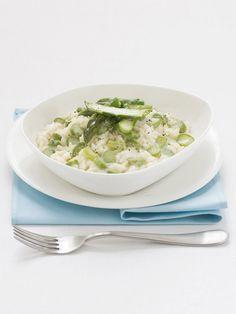 Un piatto di primavera profumato e cremoso, da cucinare a fuoco lento con asparagi, scalogno e formaggio stracchino. Prova la ricetta di Sale&Pepe.