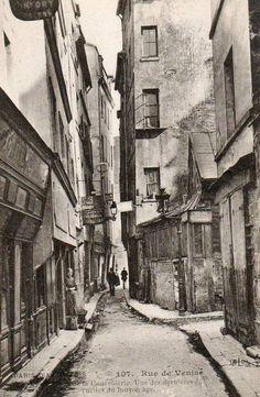 """Paris - La rue de Venise vers 1910, """"une des dernières ruelles du Moyen âge..."""