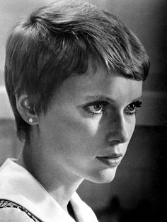 1968 Mia Farrow was first seen wore her pixie cut in the 1968 movie Rosemary's Baby, which was the same time she introduced the iconic Gamine hairstyle. vintage everyday: 16 Vintage Celebrity Iconic Hairstyles That Are Still On Style Popular Hairstyles, Pixie Hairstyles, Celebrity Hairstyles, Pixie Haircuts, Girl Short Hair, Short Girls, Mia Farrow Pixie, Twiggy, Baby Haircut