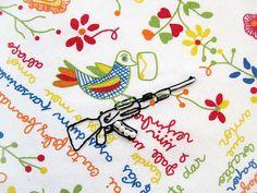 Bai feliz buando, no bico dum passarinho n° 1 - (série Portugal - lenços de namorados) - detalhe   de Fábio Carvalho   tecido estampado, bico de crochê industrial, bordado à mão, pérolas e cristais falsos, miçangas   2012   56 x 59 cm