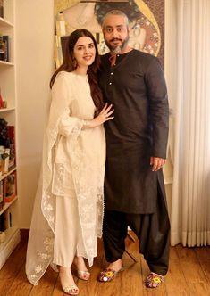 Muslim dresses Pakistani White Dress, Simple Pakistani Dresses, Pakistani Party Wear Dresses, Pakistani Wedding Outfits, Pakistani Dress Design, Indian Dresses, Indian Outfits, Frock Patterns, Dress Neck Designs