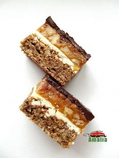 Prajitura Snickers seamana izbitor de bine cu batonul cu acelasi nume, de acolo si denumirea, daca va place combinatia caramel-alune cu sigurnata o sa o indragiti. Romanian Food, Romanian Recipes, Food Cakes, Caramel, Tiramisu, Cake Recipes, Sweets, Cooking, Ethnic Recipes