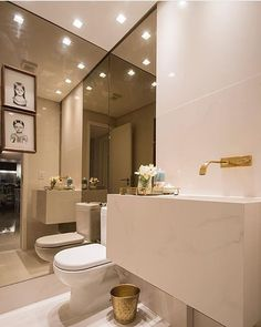 Lavabo l Metais dourados e espelho bronze nas paredes laterais, ficaram um luxo!!!! Projeto @fabricaarquitetura e  Thiago Freire #bathroom #lavabo #toilet #bath #revestimento #gold #design #blogger #arquitetura #decoration #architecturelovers #instahome #cool #luxury #goodafternoon #boatarde #sabado #beautiful #top #interiordesign #instalike #instalove #blogfabiarquiteta #fabiarquiteta