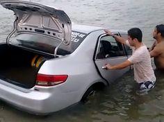 Carro arrastado por onda foi retirado ciom auxílio de cordas no Sul de SC (Foto: W3/Divulgação)