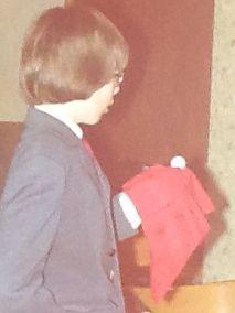 Tijdens het feest van het 12,5-jarig huwelijk van mijn ouders in 1975 laat ik balletjes van mijn voetbalspel verschijnen uit een rode zakdoek.