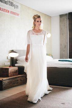 Annabelle – schmales Brautkleid in Seide mit Trägern bezaubert durch den fließenden Rock mit kleiner Schleppe aus Seiden-Chiffon