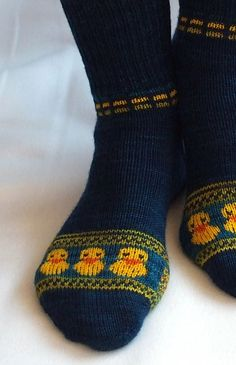 Knitting Patterns Socks Ravelry: QuietscheEntchen Is Going For Gold! Knit Mittens, Crochet Slippers, Knitting Socks, Knitting Stitches, Hand Knitting, Knitting Patterns, Knit Crochet, Wool Socks, Knitting Machine