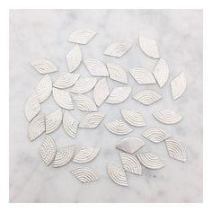 OBSESSION  J'aime cette forme d'amour. C'est un petit indice sur la collection de Pépites qui est dans les starting blocks. Je vous en dirai plus tout bientôt. J'ai tellement hâte!  #jewelrydesigner #creatricedebijoux #jewelry #bijoux #joyas #jewels #belgium #simplicity #kinfolk #cerealmag #silversmith #silver #bijouxdecreateur #tiroirdelou