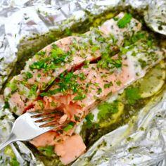 Ook al ben je geen keukenprinses of prins, dit is een echt een makkelijk feestelijk hoofdgerecht. Het is heel simpel, je maakt een pakketje van aluminiumfolie, citroen en de vis stapelen, je giet de gesmolten knoflook boter over de vis, de oven in met dat paktje en je hebt een heerlijk gerecht. De Fish Recipes, Seafood Recipes, Healthy Recipes, I Love Food, Good Food, Yummy Food, Comida Diy, Salmon Dishes, Christmas Cooking