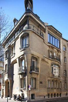 Hotel Guimard - Paris  Em 1909-12, como presente de casamento para sua nova esposa americana, ele projetou uma residência de luxo conhecida hoje como Hotel Guimard.   Construído em um terreno estreito e triangular, suas paredes externas de carga não conseguiam suportar qualquer grande peso e, portanto, os quartos interiores foram projetados de forma inovadora para minimizar o estresse estrutural.