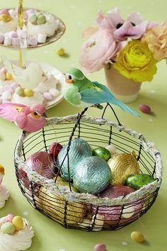 La chasse aux oeufs se fait toute en poésie avec ce joli panier pour Pâques cette année. Wicker Baskets, Serving Bowls, Tableware, Home Decor, Wire Baskets, Baby Easter Basket, Egg Hunt, Tutorial Crochet, Dinnerware