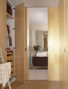 Espacio comunicado de dormitorio - vestidor a baño