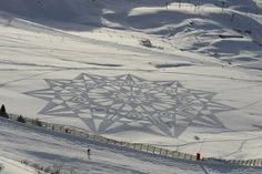 Simon Beck snow-art has created some of the most amazing and jaw dropping drawings on snow. Here is a collection of some of his best arts and a video of how Simon started being a Snow Artist. Simon Beck, Amazing Photography, Art Photography, Snow Artist, Pancake Art, Snow Activities, Physical Activities, Circle Art, Crop Circles